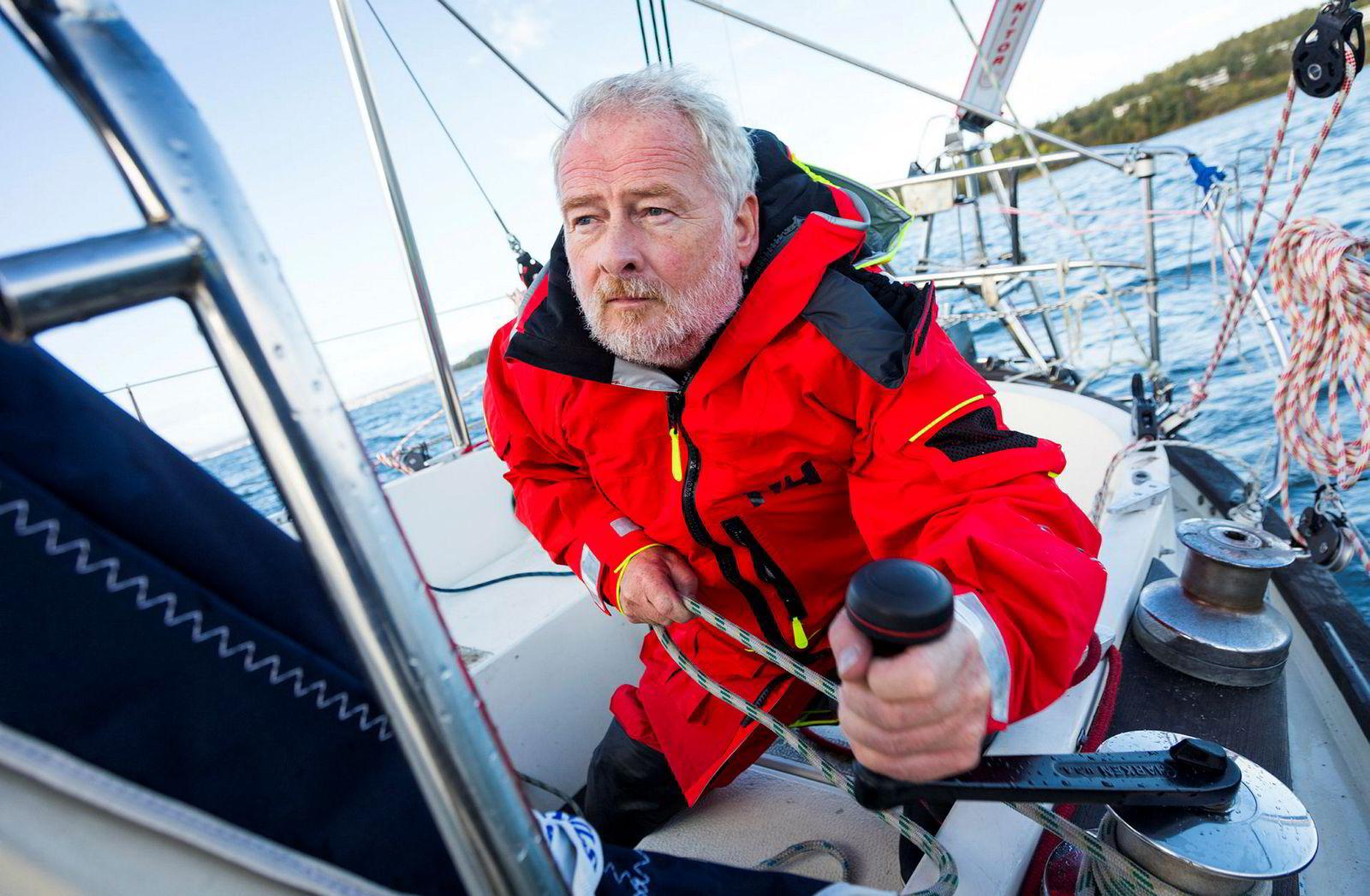 Om bord må Wiig gjøre alle oppgaver selv, fra matlaging, navigering, trimming av seil til klatring i masten.