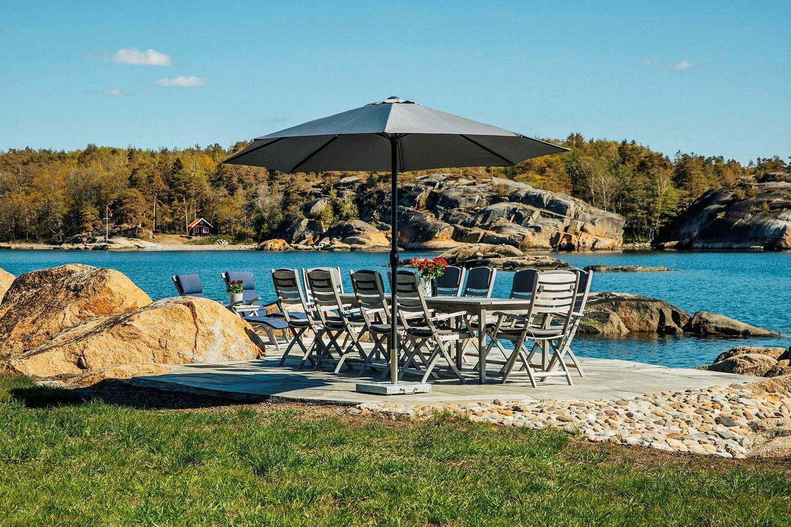 Hytteeiendommen har usjenert beliggenhet med over 100 meter strandlinje og privat brygge.