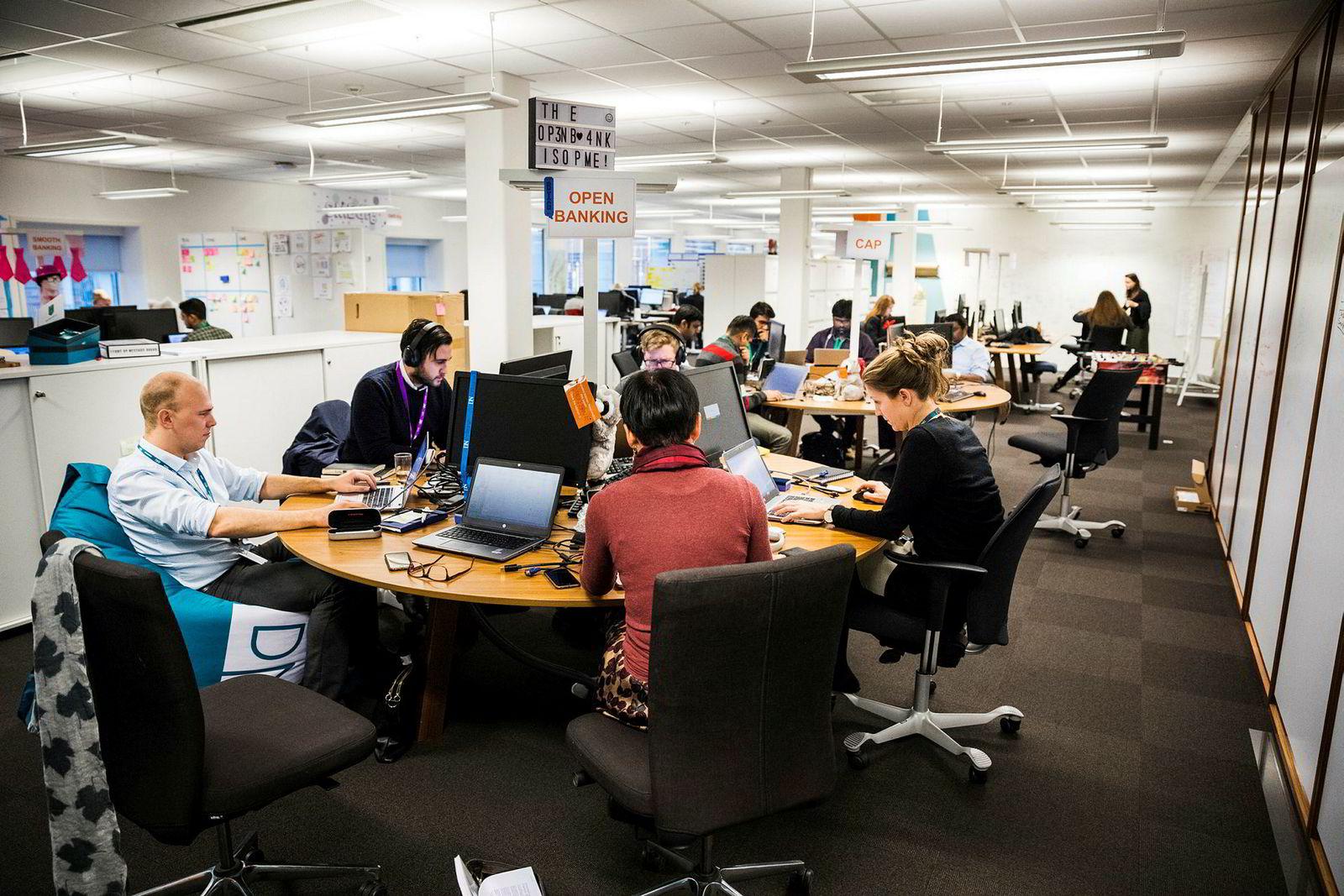 DNB har satt av en hel etasje i hovedkontoret i Oslo for å være en digital fabrikk.