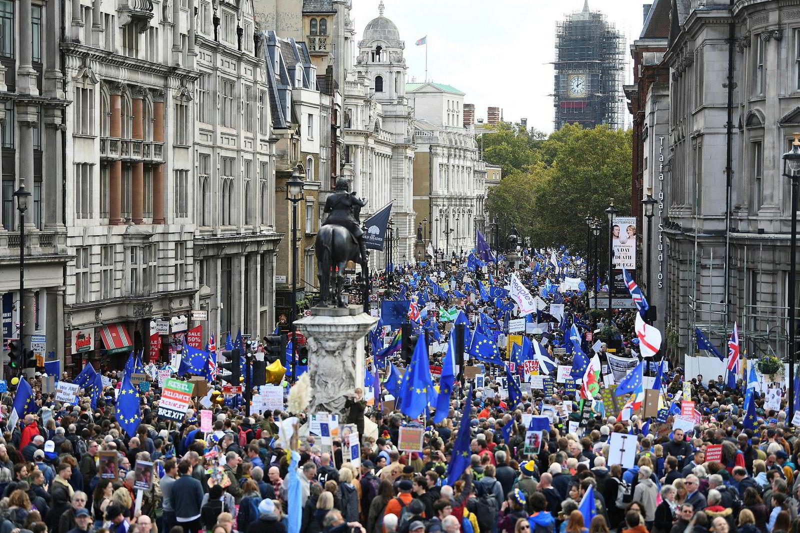 Titusenvis av brexit-motstandere marsjerte gjennom Trafalgar Square i London lørdag.
