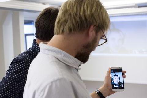 Slapp gjennom nåløyet: Designeren Josip Kranjec (29) i Kroatia deltar på en videokonferanse med Konsus-gründerne. For rundt 150 kroner timen gjør han ulike designoppdrag for Konsus' oppdragsgivere. - Jeg var skeptisk i begynnelsen, men Konsus-gutta er kule, det er mye jobb og oppdragene er bra, sier Kranjic til DN.