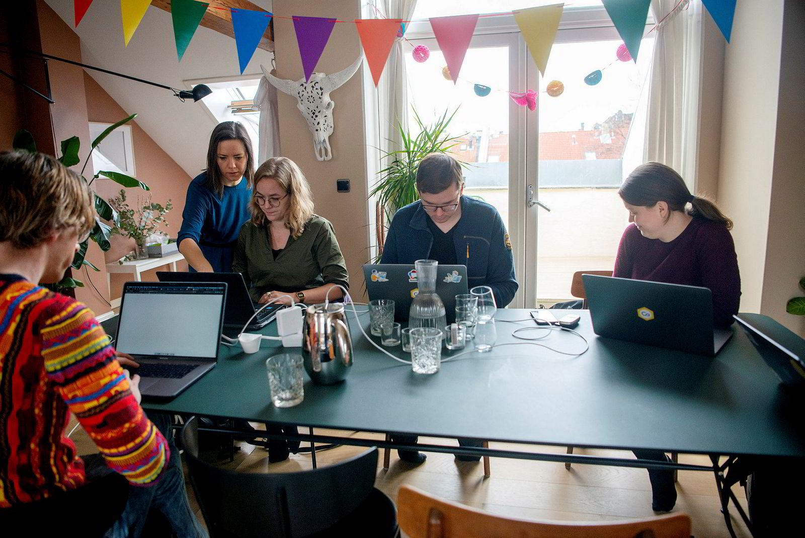 Den norske startupen har endelig fått et glimt av den forjettede «hockeykølle-veksten» mange gründere drømmer om, men det medfører en del arbeid. Nå jobber samtlige ansatte med support. Fra venstre: Paul Verbeek-Mast, Ida Aalen, Marie Røthing Hørlyck, Dag-Inge Aas og Ingvild Inderbø.