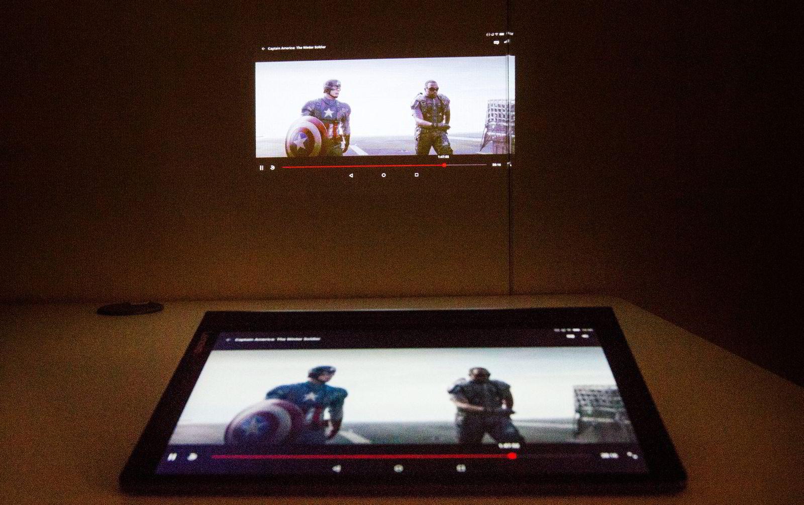 Nettbrettet Lenovo Yoga 3 Pro er utstyrt med projektor, til film eller presentasjonsbruk.