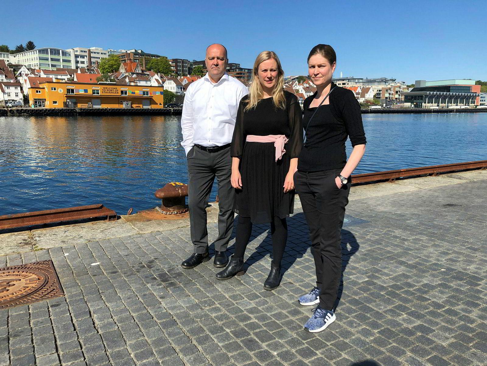 Martin Norman fra Greenpeace og Ragnhild Elisabeth Waagard fra WWF har med seg Jess Lerch (til høyre) fra The Wilderness Society i Australia for å protestere på Equinors generalforsamling.
