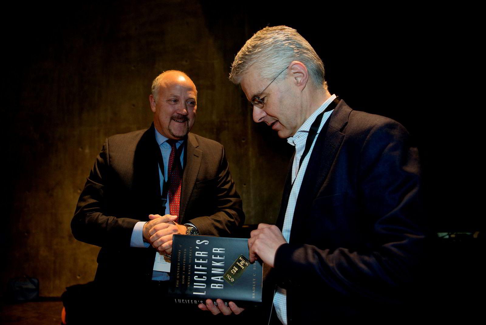 Varsler og tidligere bankansatt Bradley Birkenfeld møtte Økokrim-sjef Trond Eirik Schea under DN-konferansen om økonomisk kriminalitet torsdag.