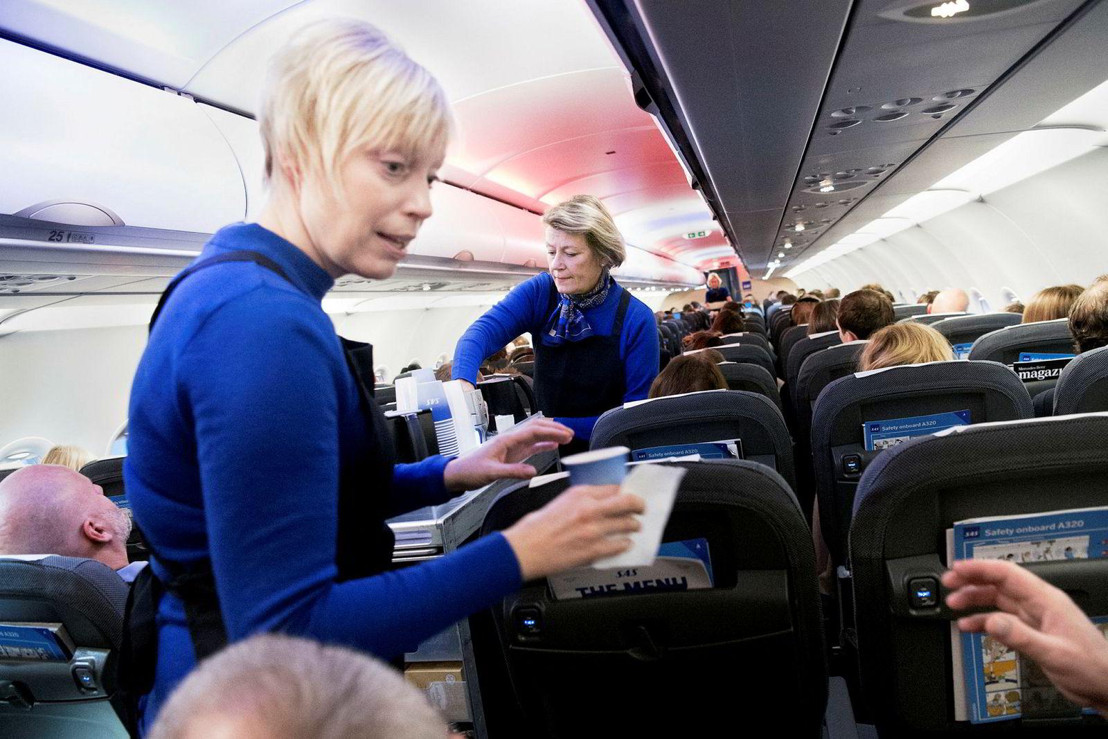 Flybransjen er hardt rammet og SAS har permittert nesten alle som flyr. Her Leena Blomqvist (til venstre) og Marie Holmer, da SAS fortsatt opererte som vanlig.
