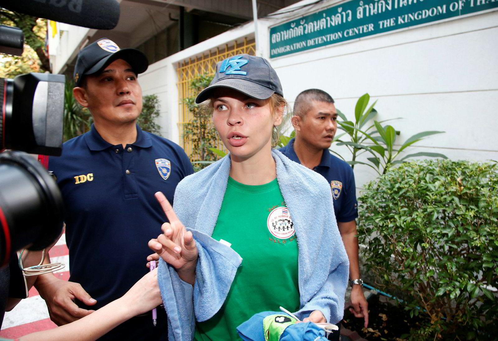 Anastasia Vasjukevitsj føres her ut av arresten til flyet som skal deportere henne til Russland torsdag.