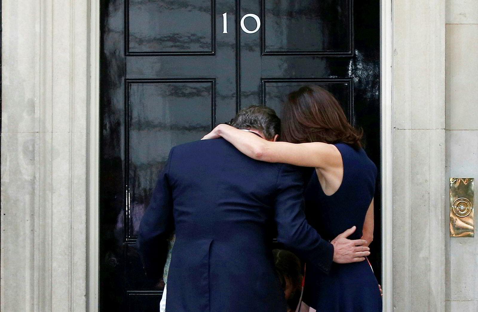 13. juli 2016:David Cameron trakk seg som statsminister dagen etter folkeavstemningen. Han gikk formelt av 13. juli. Cameron ville holde en folkeavstemning for å styrke enheten i Det konservative partiet. Veddemålet til Cameron endte som vi vet med et stort mageplask, og fikk på dette bilde en trøsteklem fra kona Samantha og barna deres.