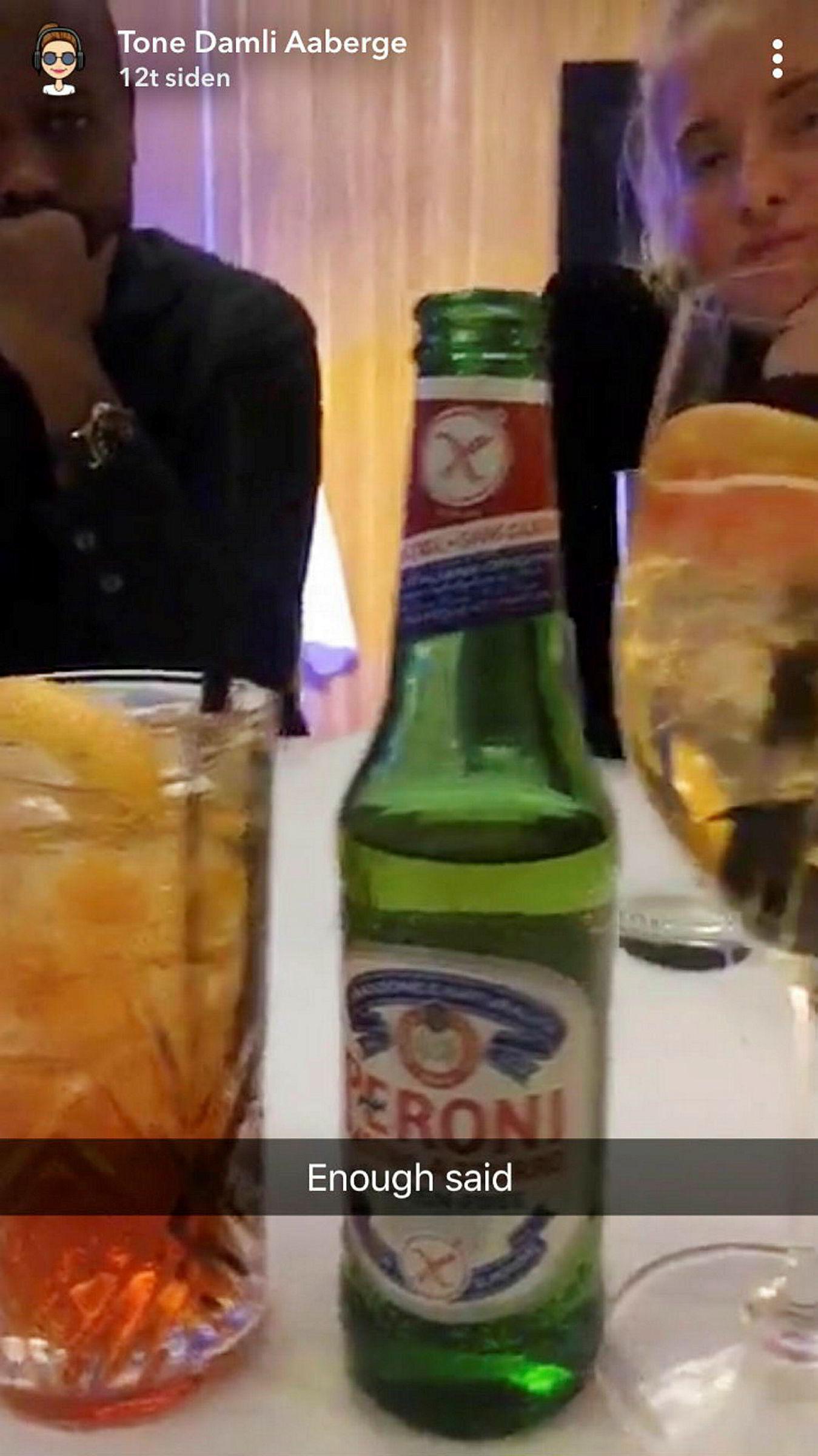 Flere av deltagerne på middagen la ut bilder av Peroni på Instagram og Snapchat.