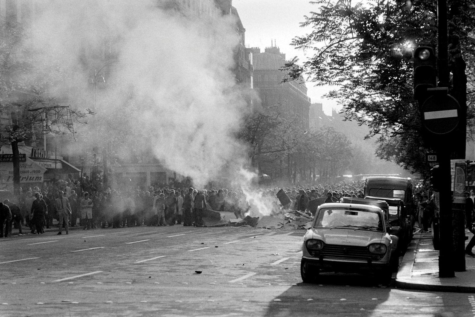 Barrikadene er i brann under en studentdemonstrasjon i Latinerkvarteret i Paris. Det som startet som et studentopprør utviklet seg, og dro med seg millioner av arbeidstakere. Det førte til at ti millioner franske arbeidere gikk ut i generalstreik.