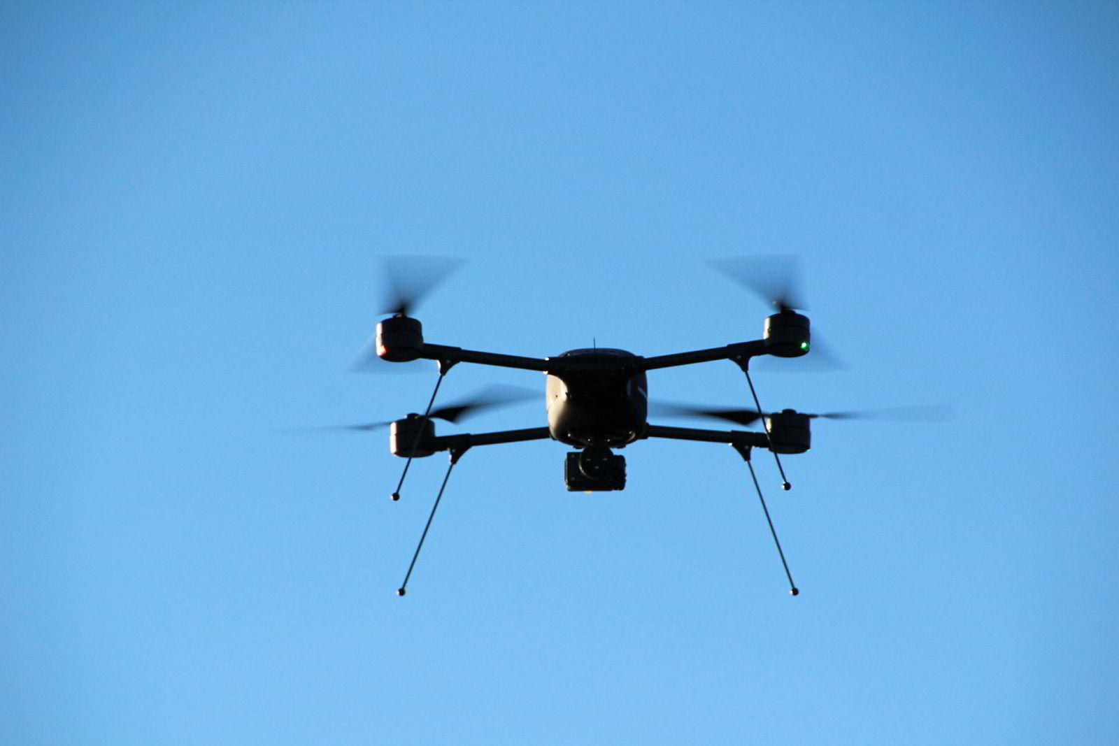 Denne dronen veier 2,5 kilo og koster 500.000 kroner. Den skal operere langs banen fra Oslo til Steinkjer og Oslo til Stavanger.