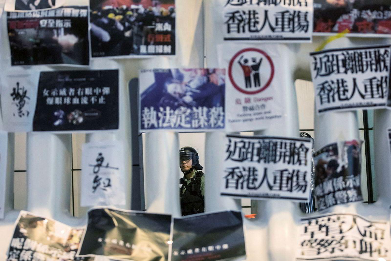 Millioner av mennesker har protestert i over to måneder etter et lovforslag som gikk ut på at mistenkte kriminelle kunne bli utlevert til det kinesiske fastlandet. Demonstrantene frykter at Kina forsøker å innskrenke Hongkong-innbyggernes rettigheter.