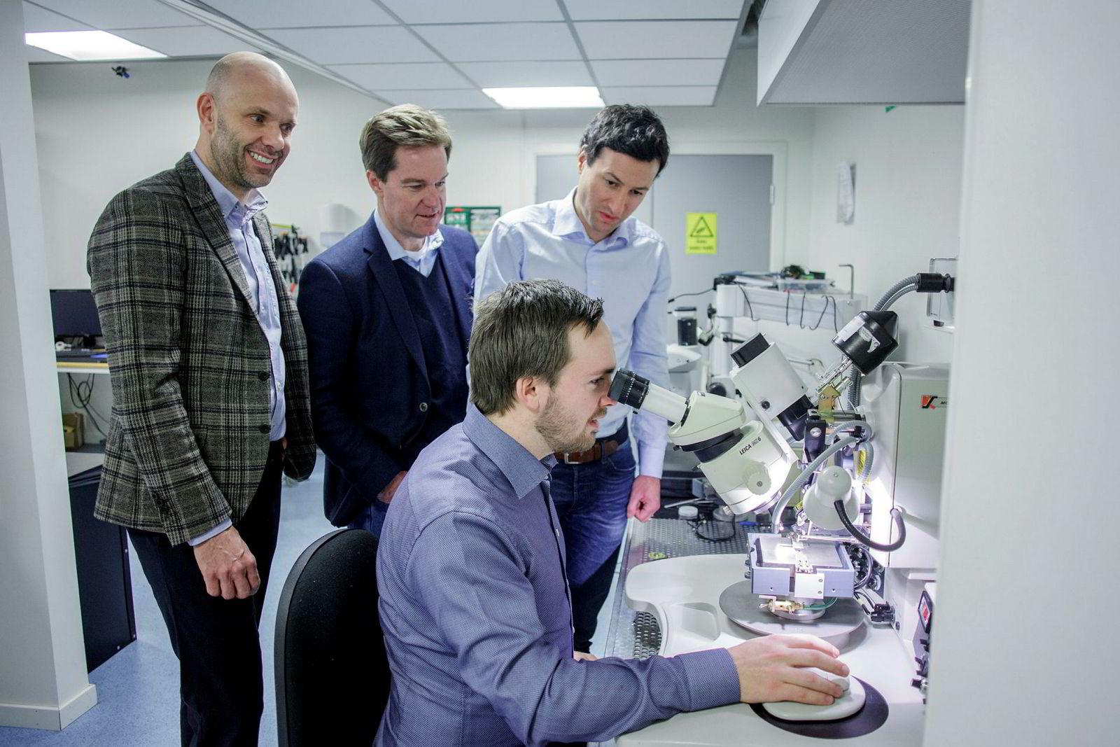 Jakob Vennerod (foran) og Matthieu Lacolle (til høyre) gikk over fra Sintef til Sensibel i januar i fjor, og utvikler selskapet og mikrofonene sammen med styreleder John T. Torvik (midten) og Sverre Dale Moen.