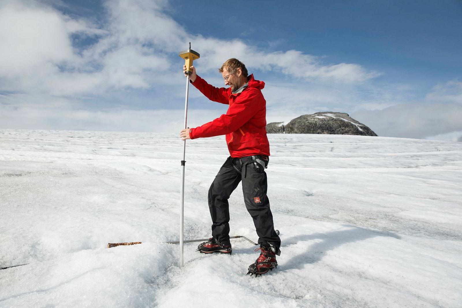 Hallgeir Elvehøy i NVE gjør målinger på Austdalsbreen, en av utløperne fra Jostedalsbreen, i 2015.