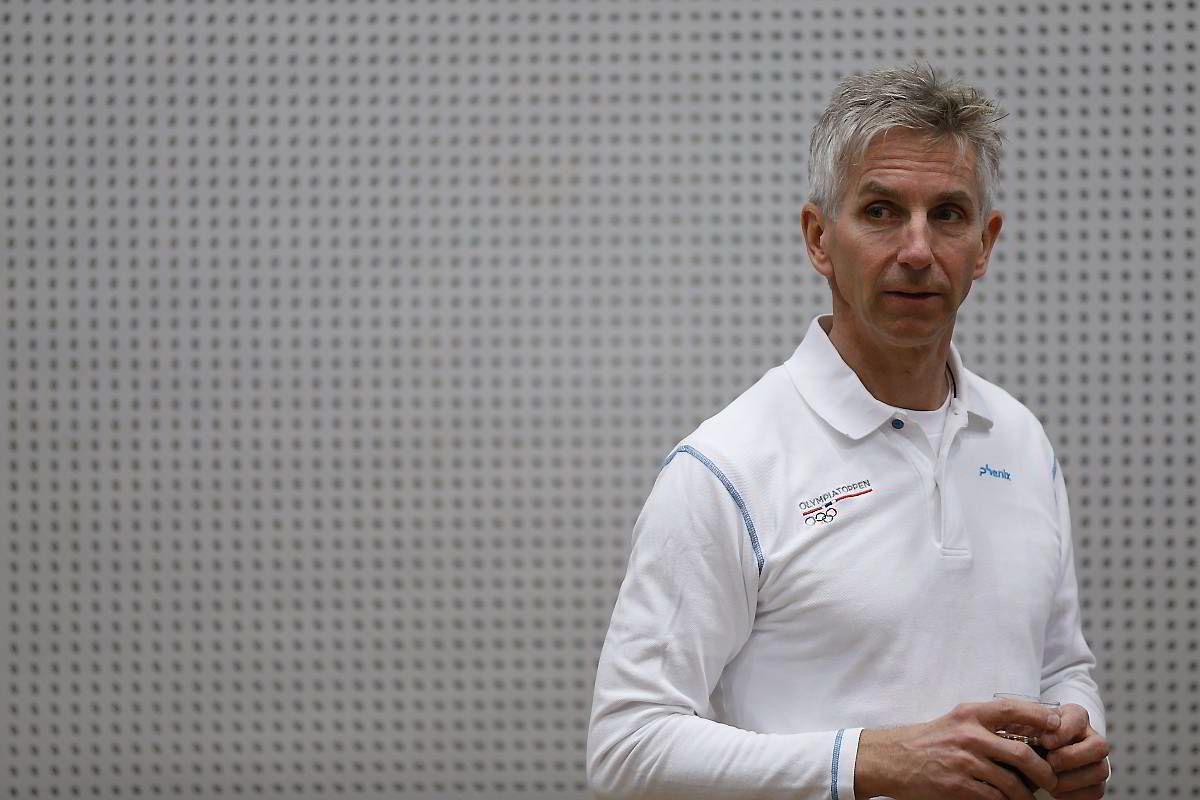 - Har du feber eller kjenner deg syk i kroppen skal man ikke trene, sier tidligere Olympiatoppen-lege Ola Rønsen.