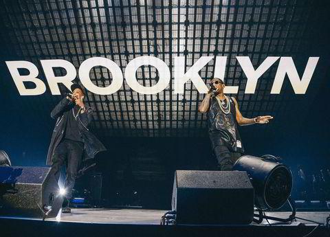 Rapperen Jay-Z (tv) og Fabolous lpå scenen på Tidal-konserten.