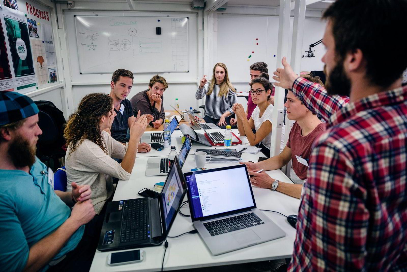 Det er høyt forbruk av forretningsideer på NTNUs Entreprenørskole. Tobias Velvang (til venstre) og Valentina Sørlie (i midten på høyre side) har begge forkastet sin originale i løpet av tre måneder. Bildet er fra studentenes intensivtesting av forretningsideer på CERN i Sveits. Foto: Per Thrana