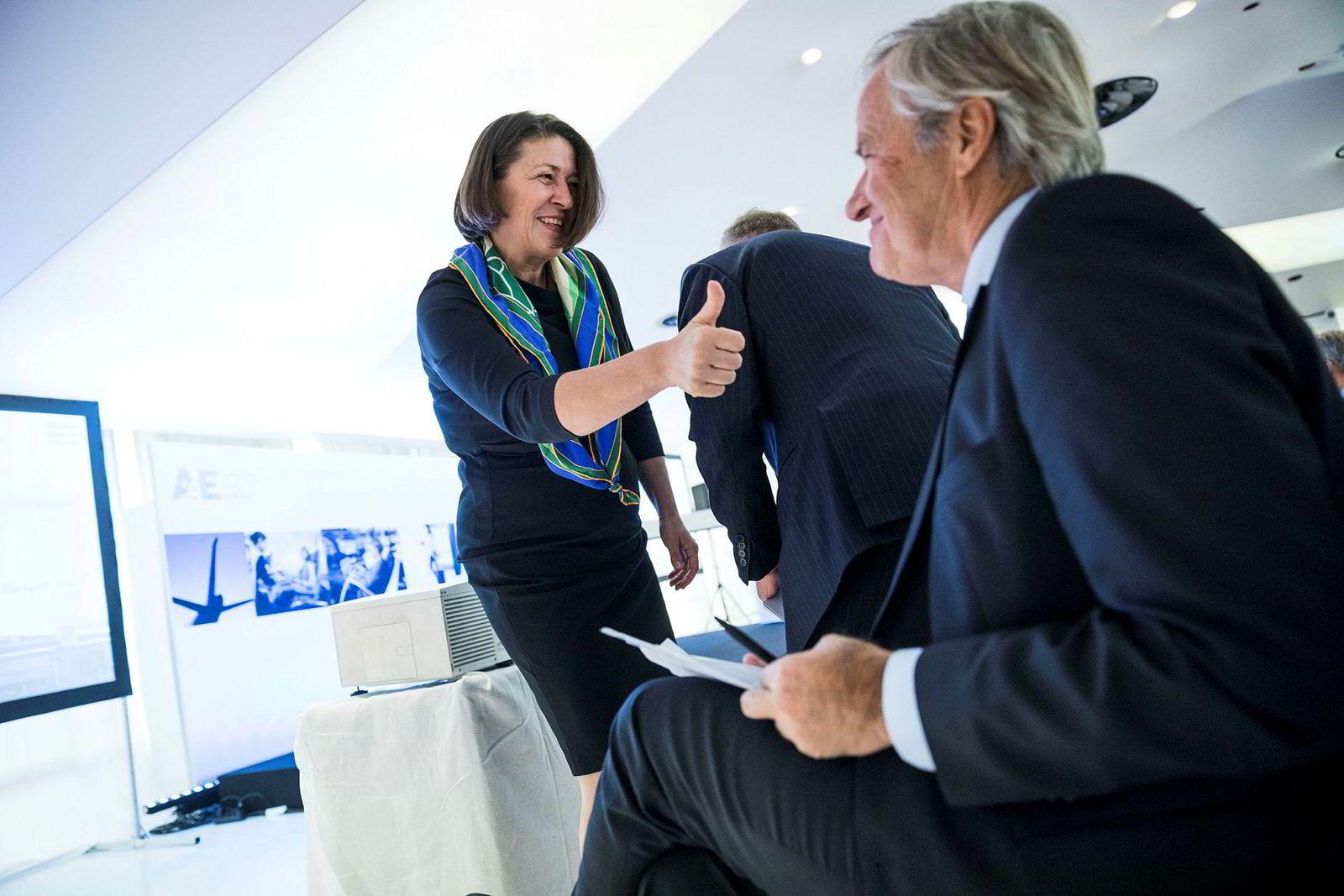 Til venstre, Violeta Bulc, transportkommissær i Europakommisjonen. Her i samtale med Norwegian-sjef Bjørn Kjos på den årlige konferanse for Europeisk luftfart i Brussel.