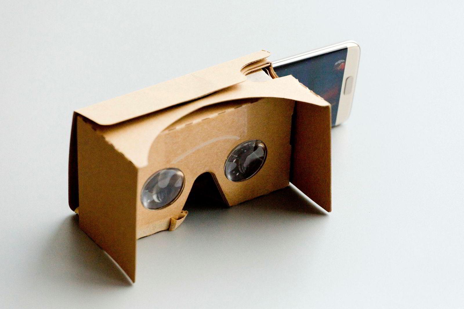 Den enkleste formen for VR-briller er laget av papp og fungerer ved hjelp av to linser og en smarttelefon.