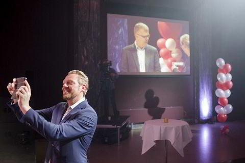 Nyhetsredaktør Jan Ove Årsæther i TV 2 foreviger øyeblikket. På skjermen bak vises Dag og Tid-kommentator Jon Hustad.