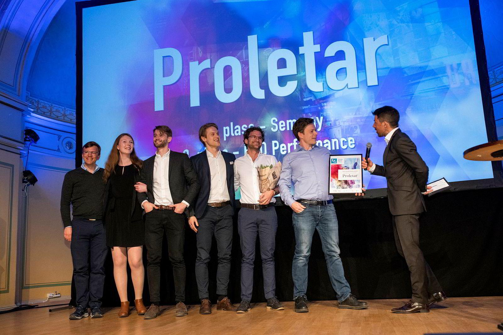 Proletar vant årets byrå i Performance-kategorien 10. april. Her blir daglig leder og partner Geirr Lødemel Tvedt intervjuet på scenen av konferansier Nils-Ingar Aadne.