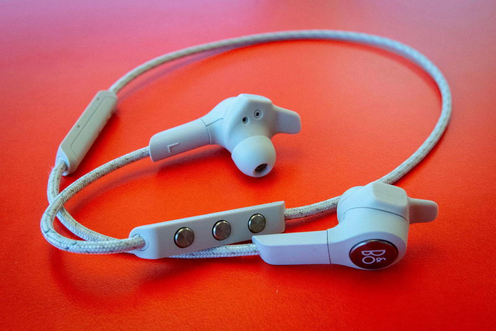 Fjernkontrollen og batteriet sitter på kabelen, men tynger ikke øreproppene nevneverdig.