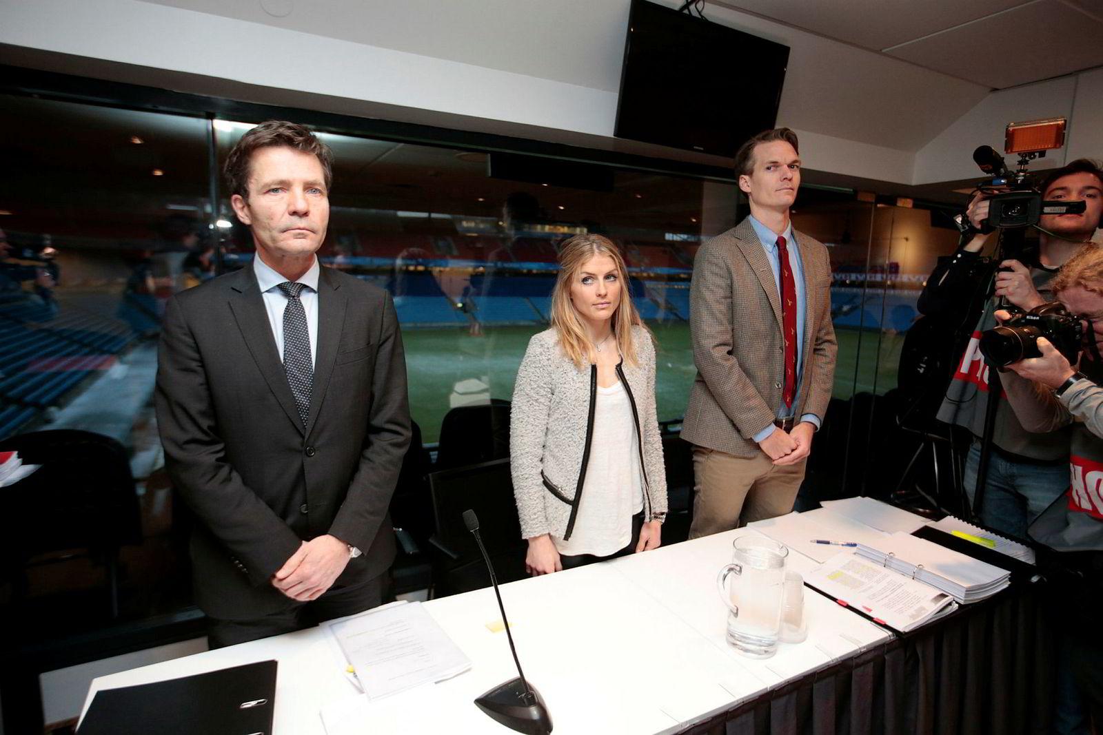 Therese Johaug sammen med sine advokater Christian B. Hjort (t.v) og Mikkel Toft Gimse (t.h) under høringen i dopingsaken på Ullevaal stadion i januar.