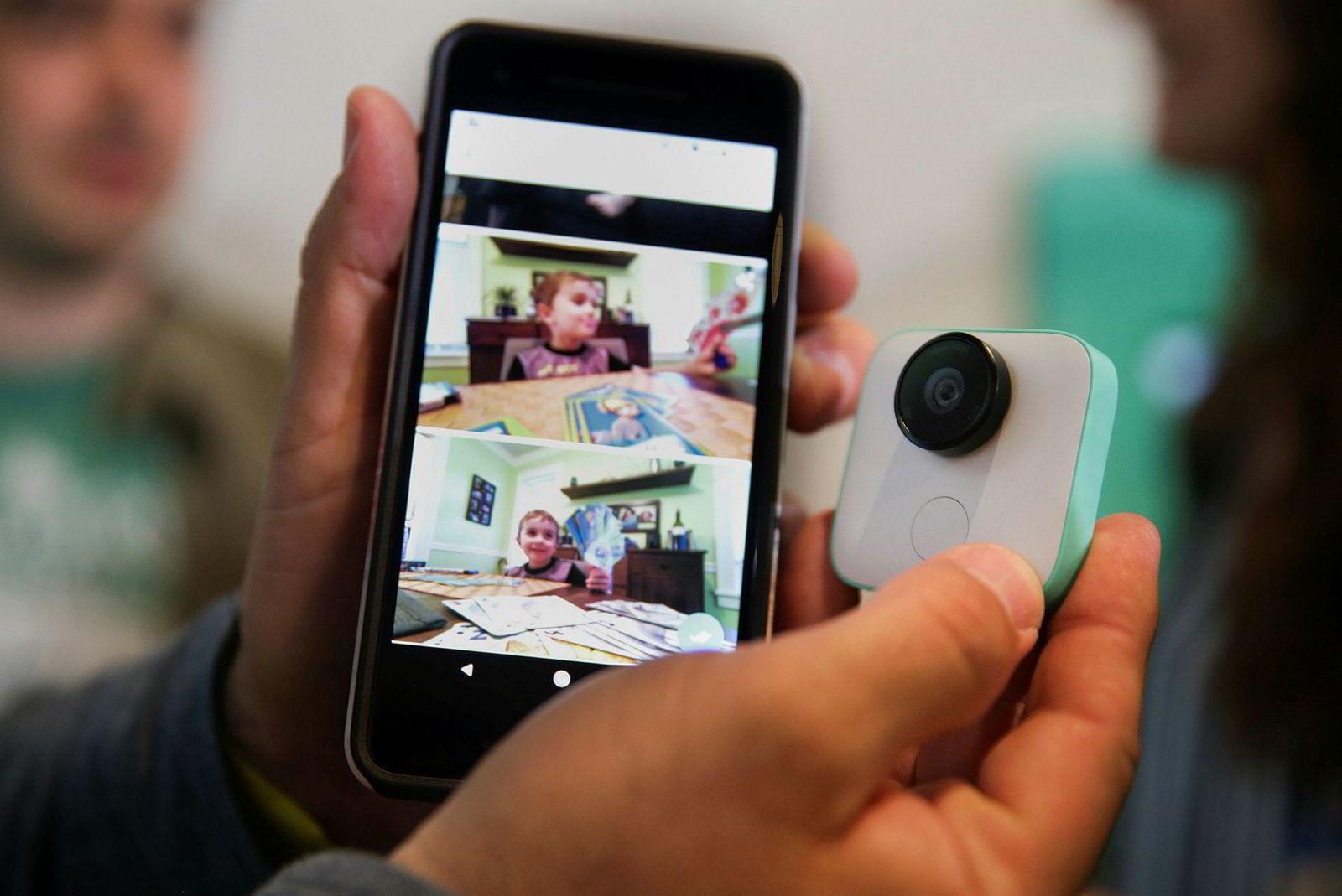 Google Clips er et knøttlite kamera med innebygd kunstig intelligens. Bildet vil gjenkjenne personer og automatisk ta bilder av motiver i løpet av dagen.