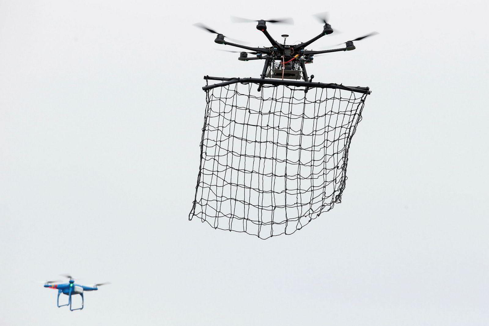 En dronefangerdrone demonstreres under et stevne utenfor Paris, der politiet i 2015 observerte flere uidentifiserbare droner.