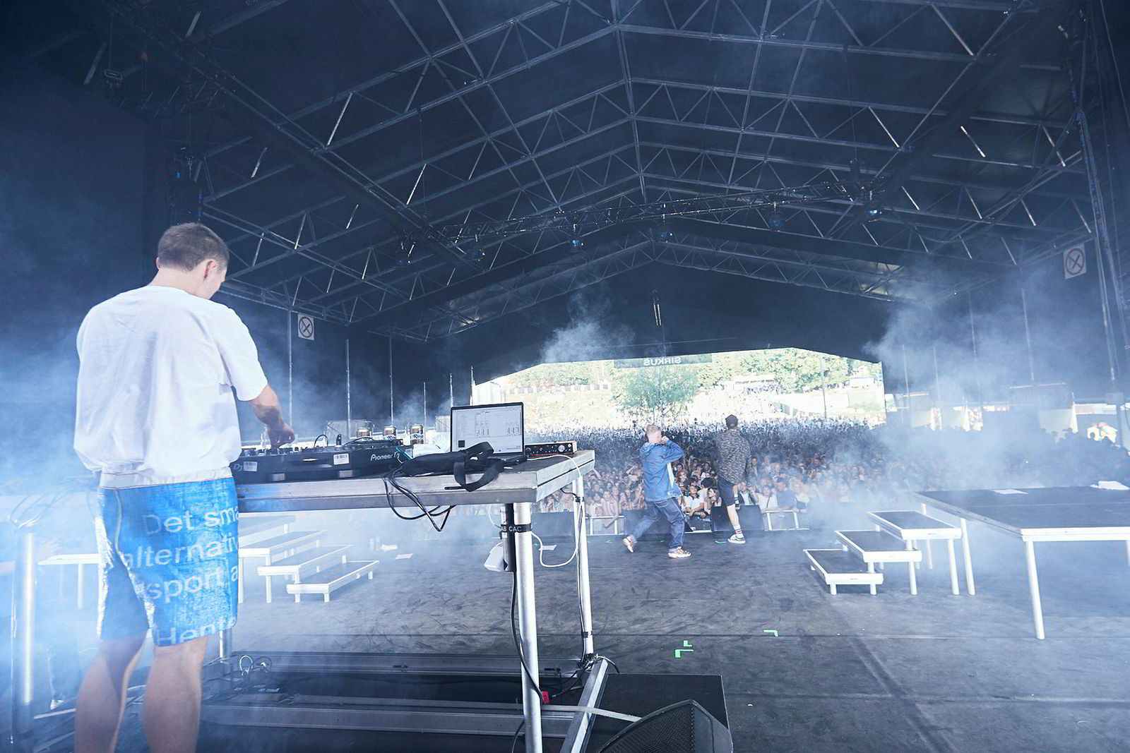 Produsenten Mathias Humlen (Fakethias) styrer musikken, mens Emir Hindic (Onge Sushimane) og Kristoffer Uthaug (Kobe) skriker seg gjennom den 50 minutter lange konserten på Øyafestivalen.