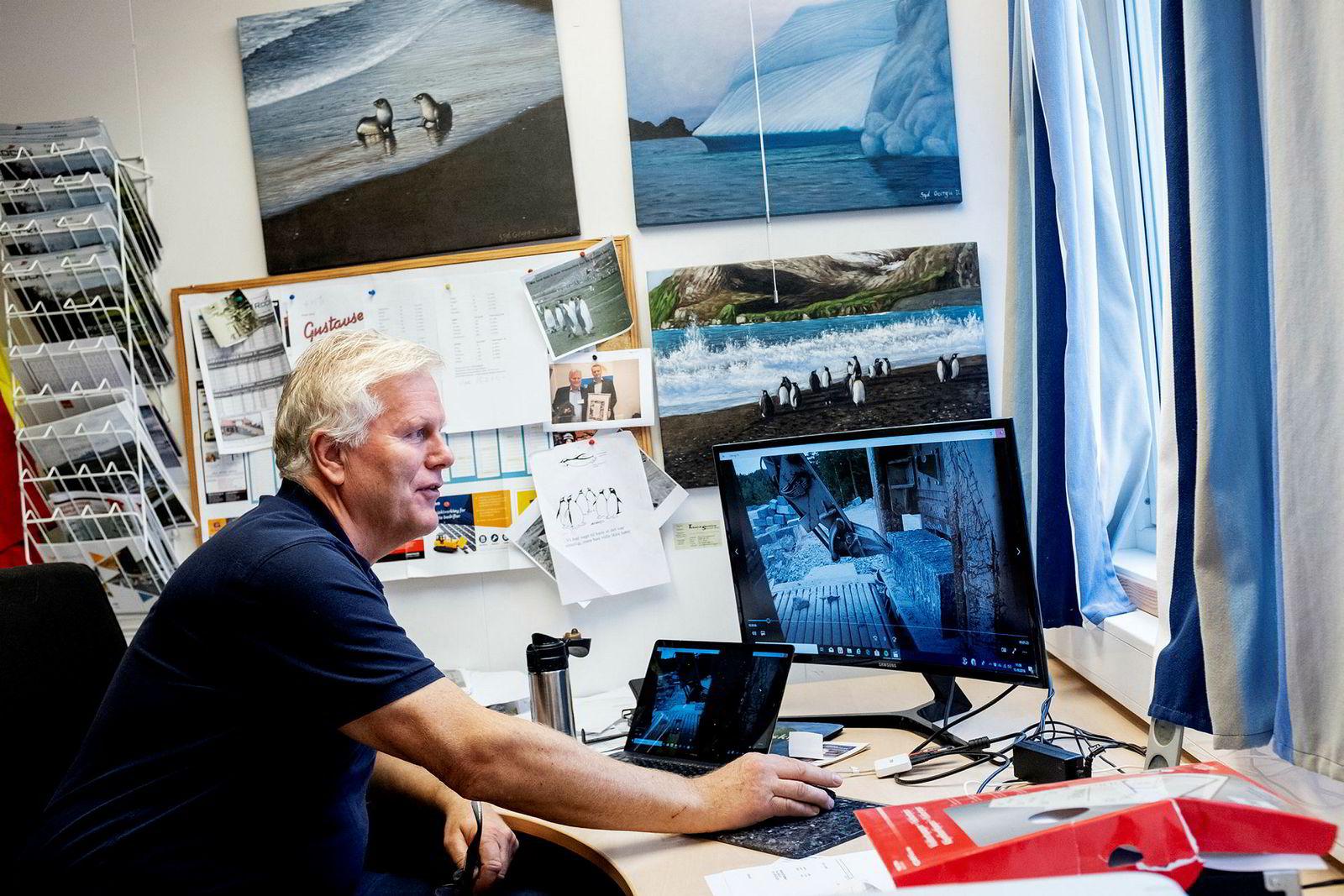 Steingründer Torger Lingelem viser stolt frem musikkvideoen til Rocks of Norways egen rockelåt laget i samarbeid med Sandefjord-rockeren Elling Hem.
