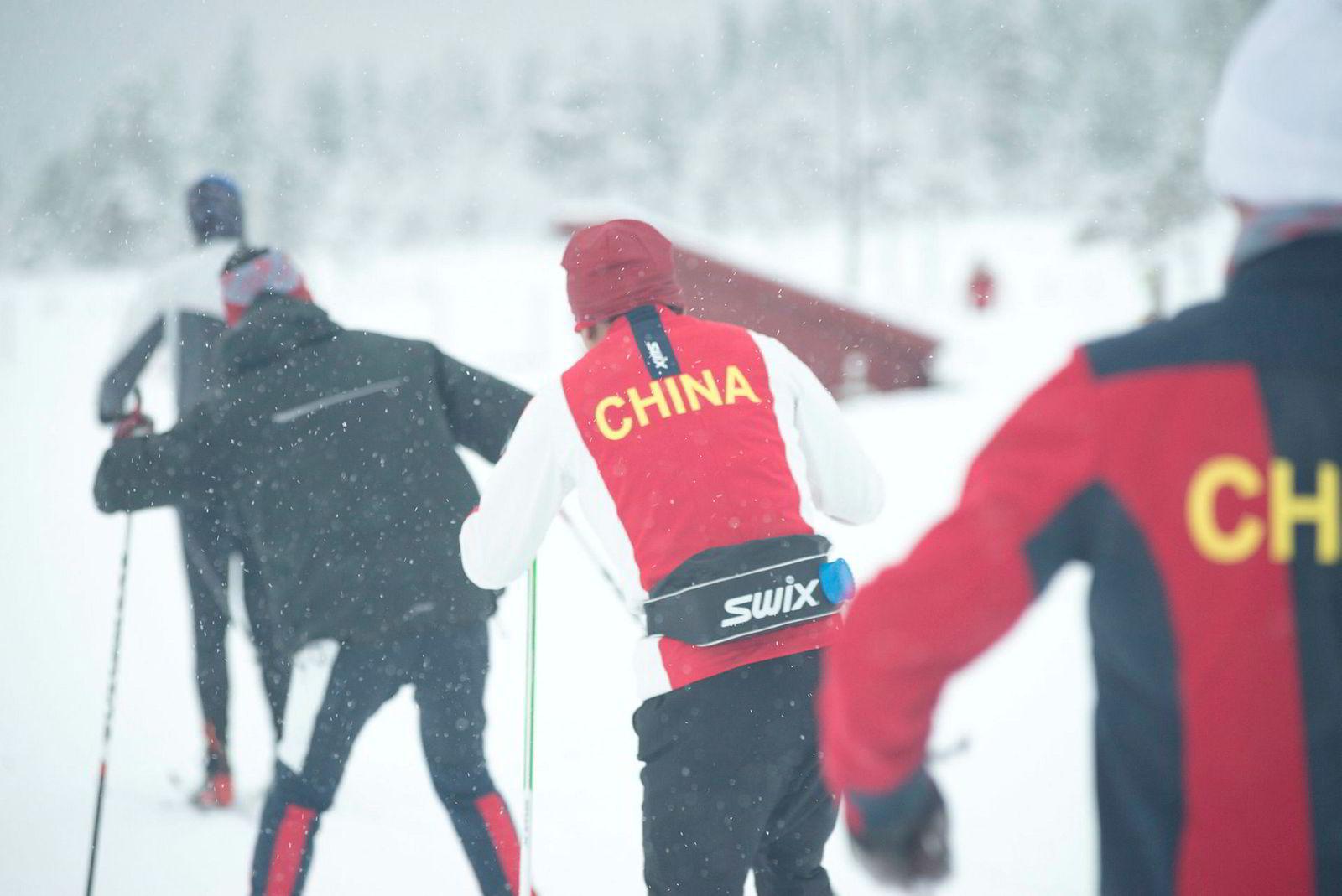De kinesiske utøverne har trent mer enn norske utøvere vanligvis gjør før de kom hit. Som skiløpere trener de foreløpig 15–20 i uken, men målet er å gradvis øke mengden, ifølge Tor Arne Hetland, som har ansvar for kinesernes opplegg ved Meråker skigymnas.