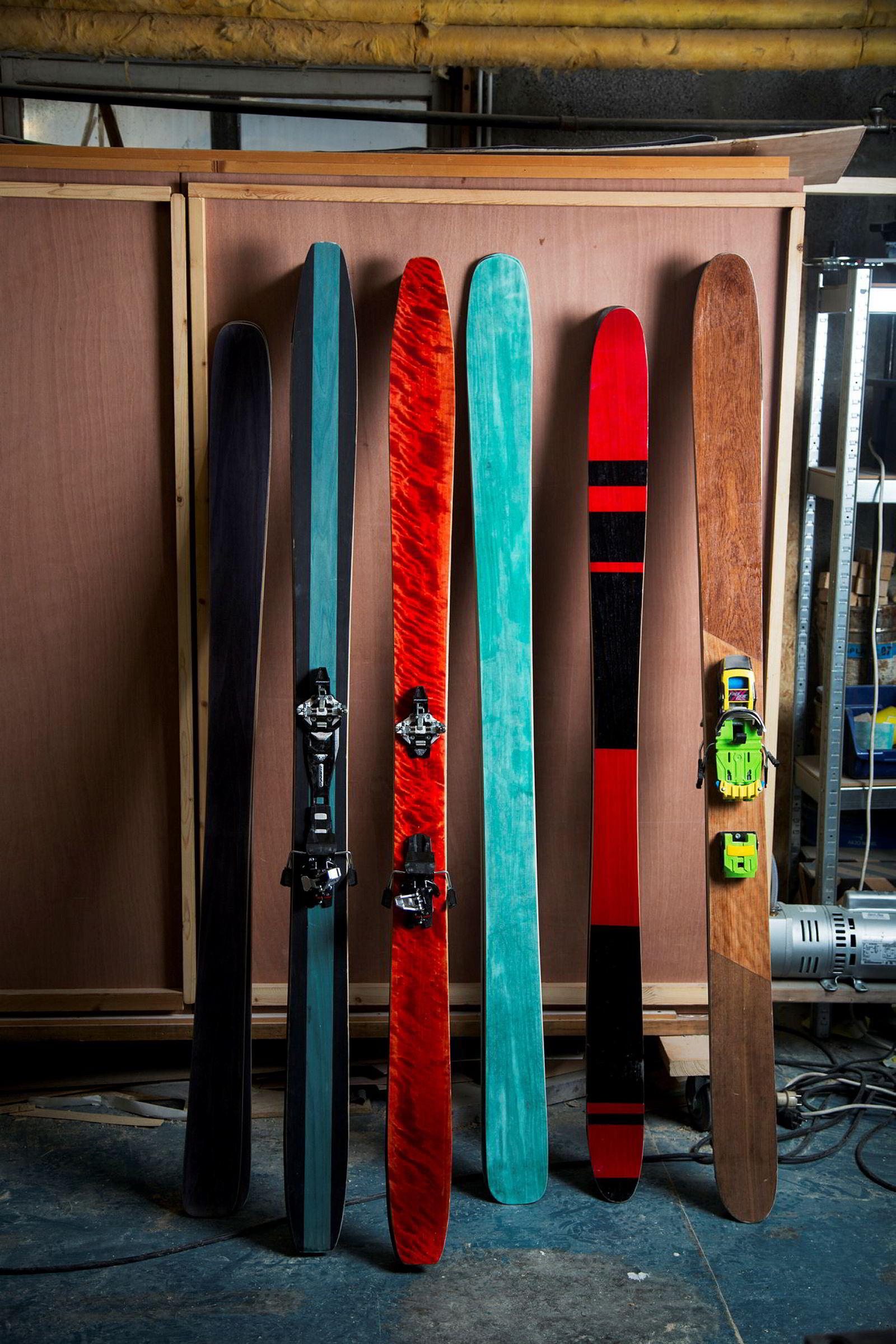 Noen av skiene Jens-Egil Nysæther har bygd på farfarens gamle møbelfabrikk, blir stående i «skammekroken». Andre blir godpar.