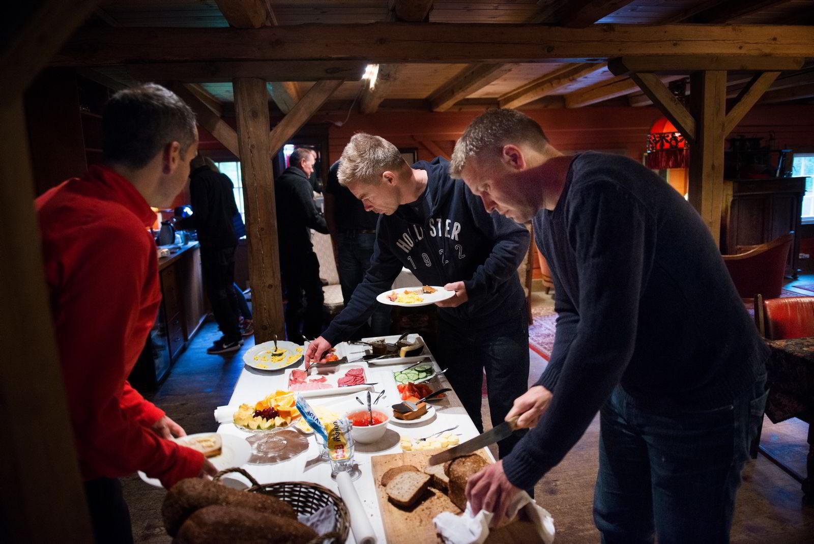 Tarjei Rødset (til venstre), Bjørn Benny Wikdahl og Jørund Lillås under frokosten før seminar.