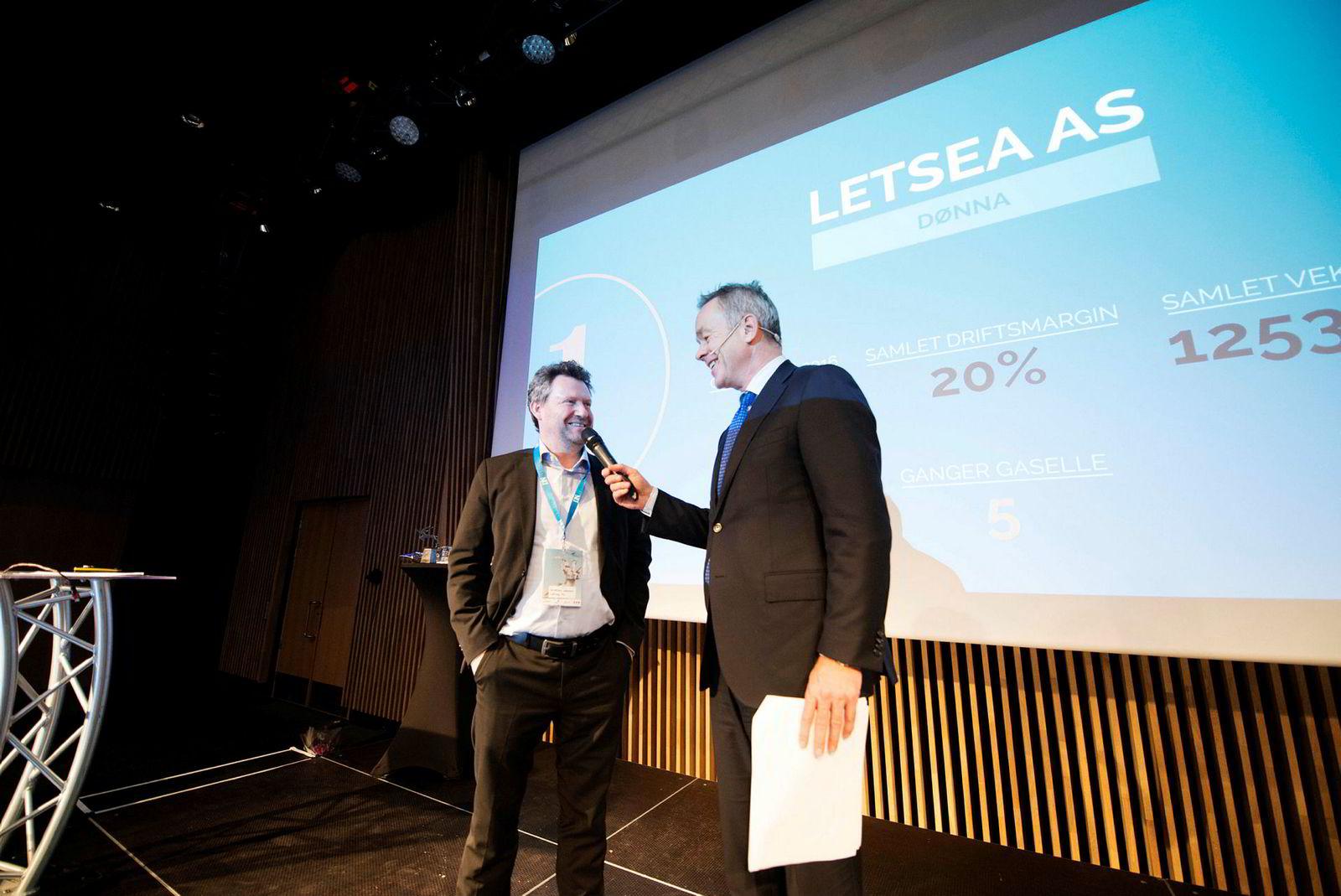 Daglig leder Kristian Johnsen i Letsea mottar gaselleprisen for Nordland av redaktør Amund Djuve i DN på gasellekonferansen i Tromsø.