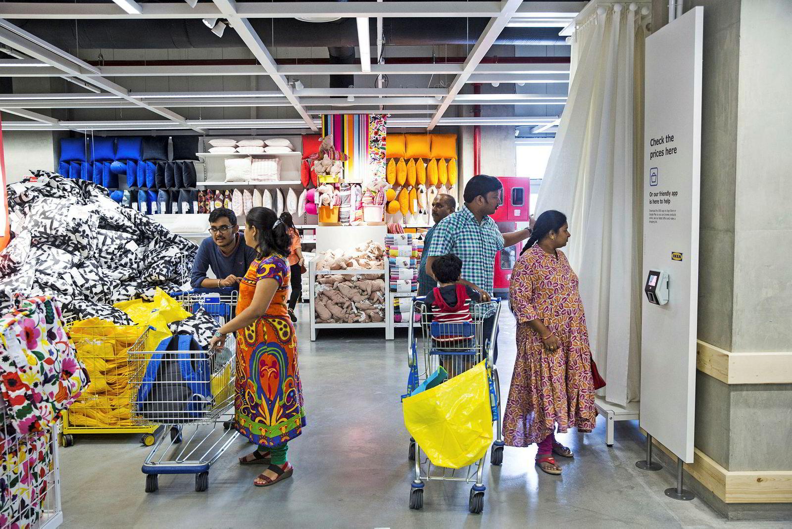 Kunder ved det nyåpnede utsalgsstedet til Ikea. Det nye varehuset går over 40.000 kvadratmeter.