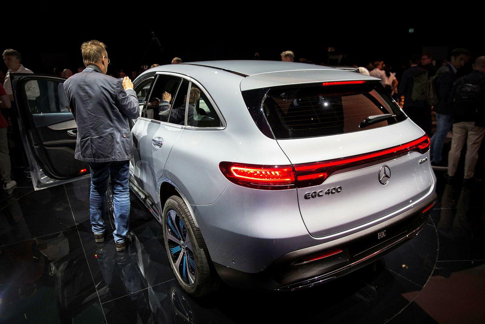 Den var mange som ønsket å se nøye på Mercedes-Benz EQC under avdukningen i Stockholm.