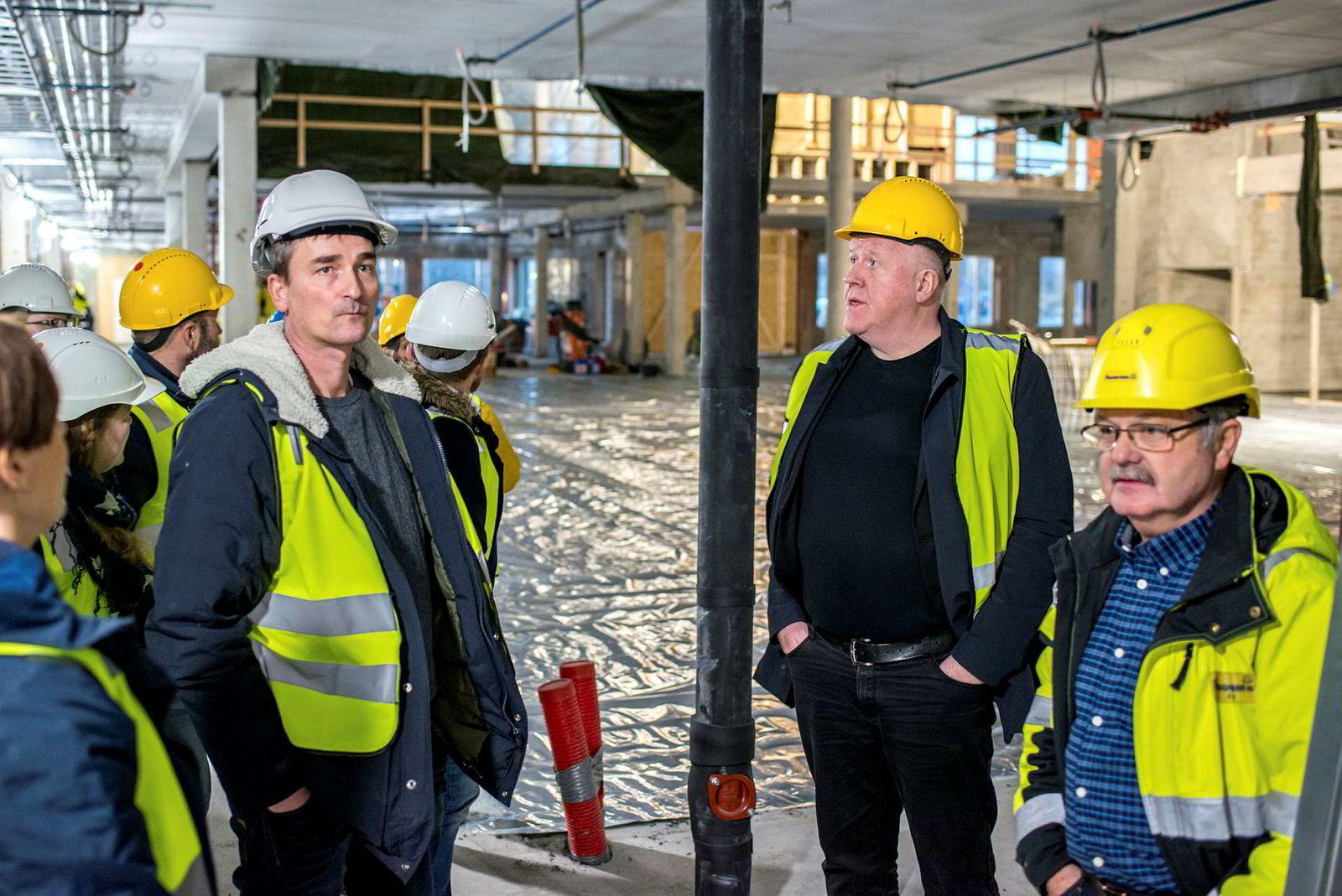 Kjell Kvam (midten) på besøk på byggeplassen til «Skole 9910» i Sør-Varanger kommune i høst. Her med rektor Torgeir Skogan (venstre) og Svein Kålen fra Byggmesteran.