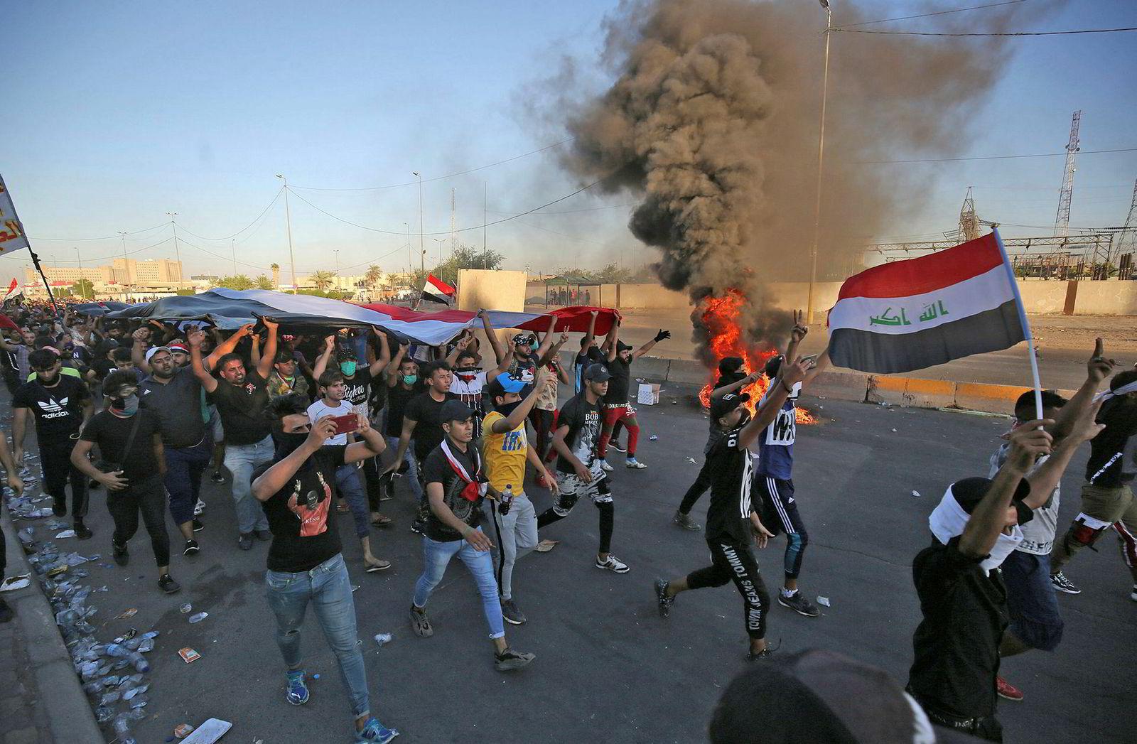 Irakiske demonstranter deltar i en demonstrasjon mot statlig korrupsjon, sviktende offentlige tjenester og arbeidsledighet, i den irakiske hovedstaden Bagdad 4. oktober. Irakiske sikkerhetsstyrker sa at «uidentifiserte snikskyttere» drepte fire mennesker under opptøyene.