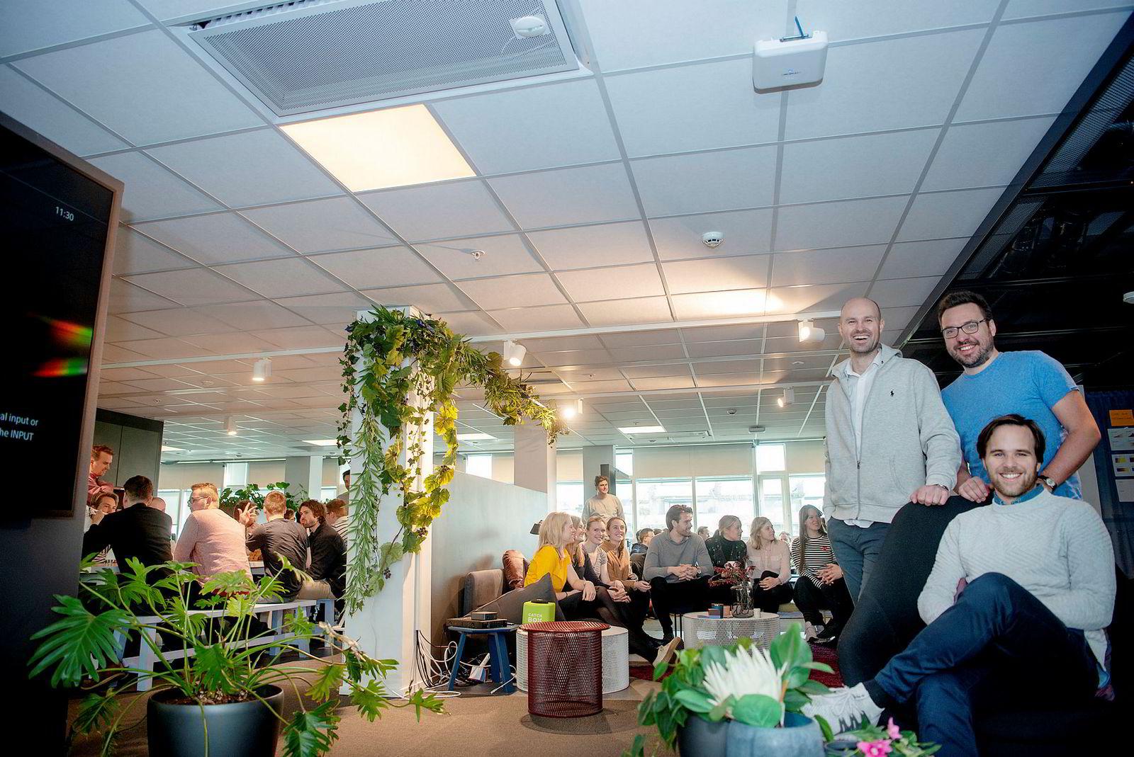 Ved inngangen av 2017 besto Spacemaker av gründerne Anders Kvåle (til venstre), Carl Christensen og (sittende) Håvard Haukeland. Nå er de henholdsvis styreformann, teknologidirektør og administrerende direktør for et selskap med over 80 ansatte.