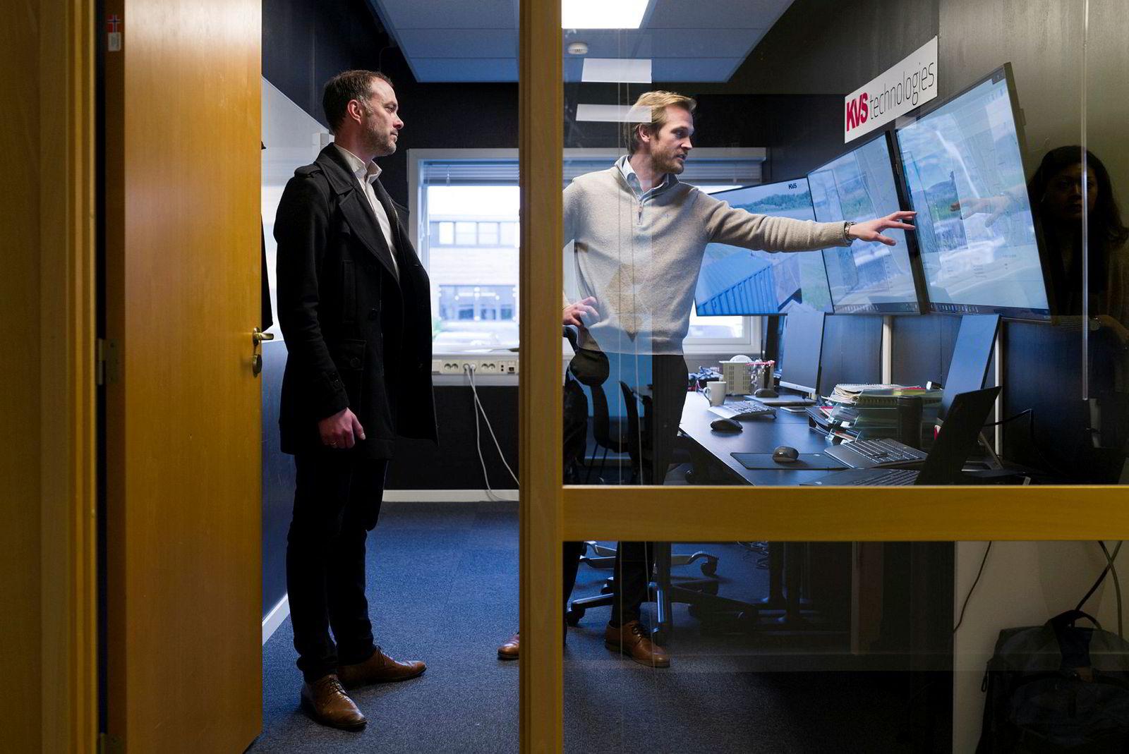 Cato Vevatne, daglig leder i KVS Technologies (til høyre), viser frem kontrollrommet til Arild Haugen direktør for nettdrift i Hafslund.