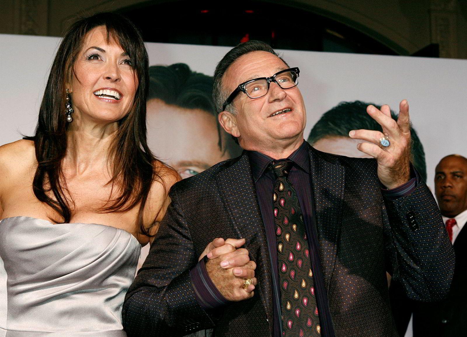 Susan Schneider beskrev demens med Lewy-legemer som «terroristen i min manns hjerne», og fikk først vite hva som plaget Robin Williams etter at hadde tatt sitt eget liv i 2014. Her er paret fotografert under en filmpremiere i 2009, før sykdommen slo inn.