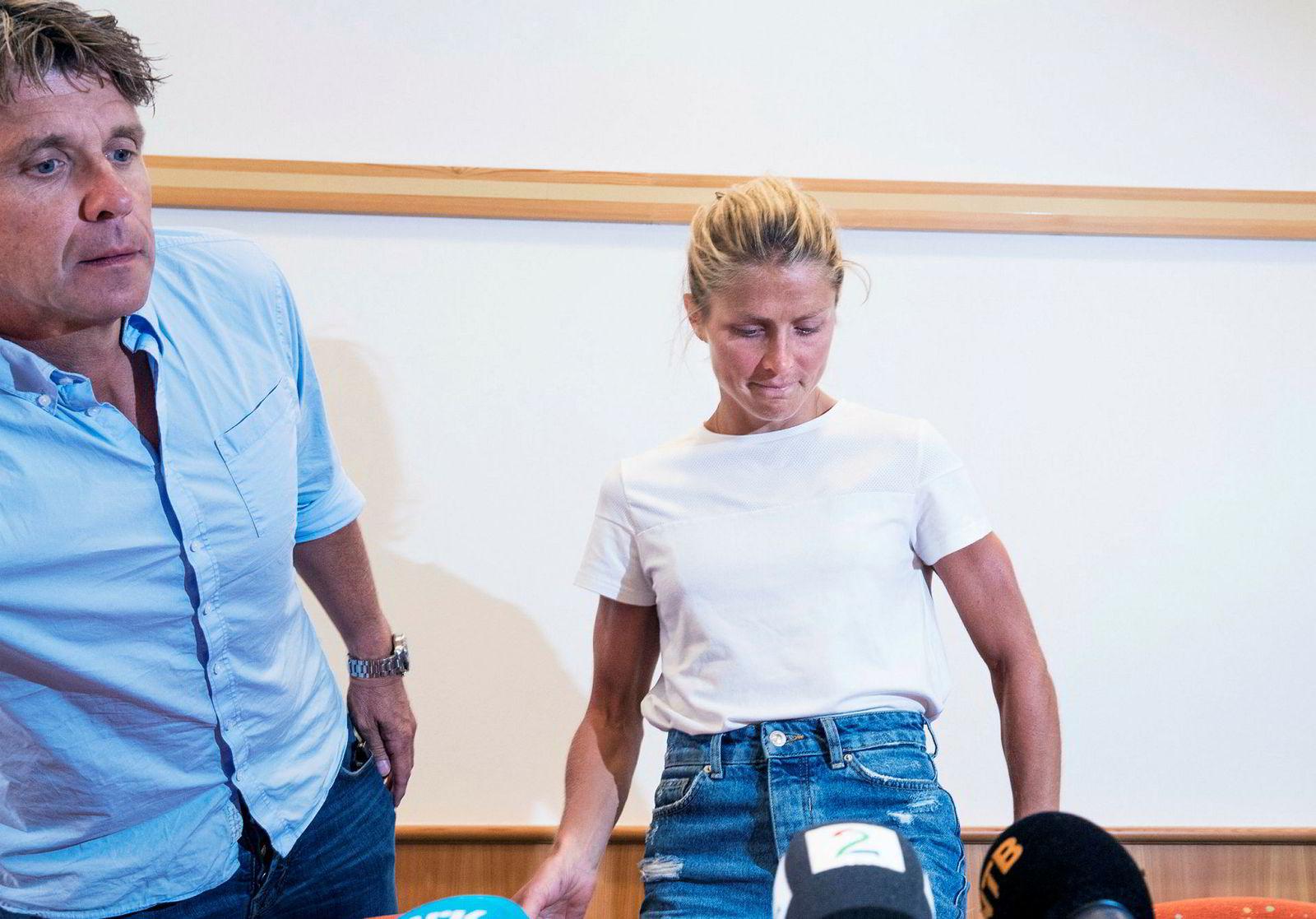 Therese Johaug sammen med sin manager Jørn Ernst under tirsdagens pressekonferanse.
