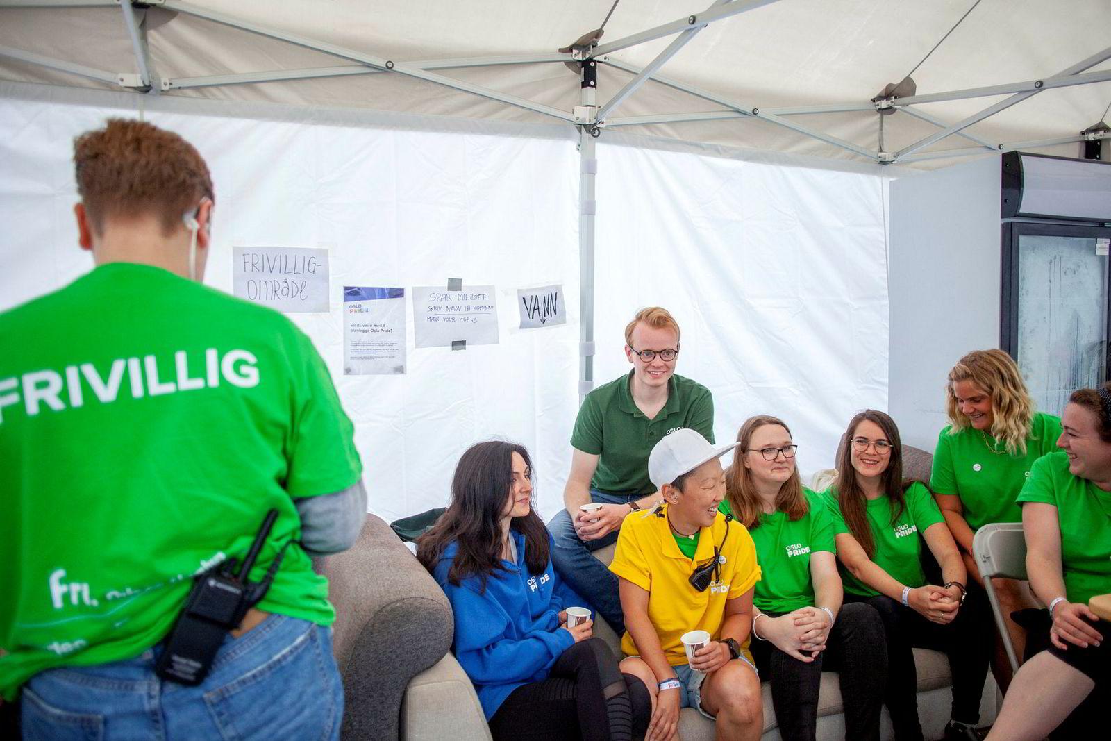 Motoren i Pride drives av frivillige. Fra høyre: Ine Schillinger, Marte Johanne Bjerke lie, Marthe Schillinger, Marie Svean, Joo Helena Hansen, festivalsjef Fredrik Dreyer og Elaine Wergeland.