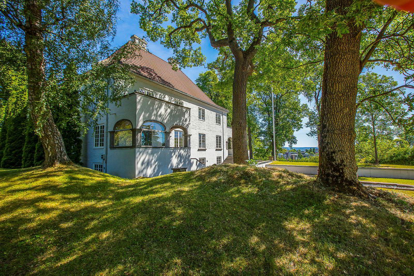 Huset ble bygget i 1915 for en grossist. Bygget er i murstein og har fått navnet Villa Alvim.
