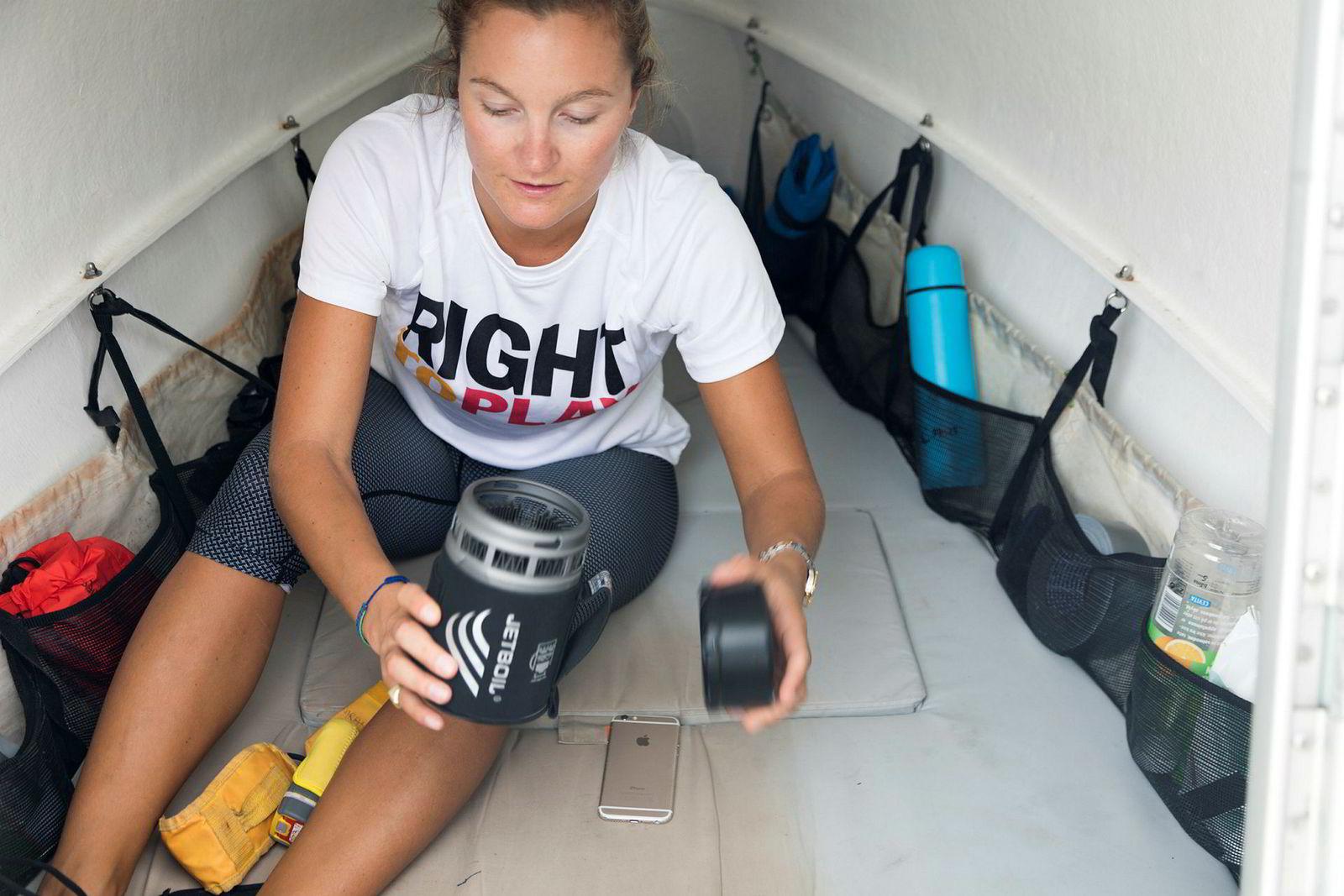Camilla Bull i forkabinen på robåten de skal bruke over atlanteren med båtens