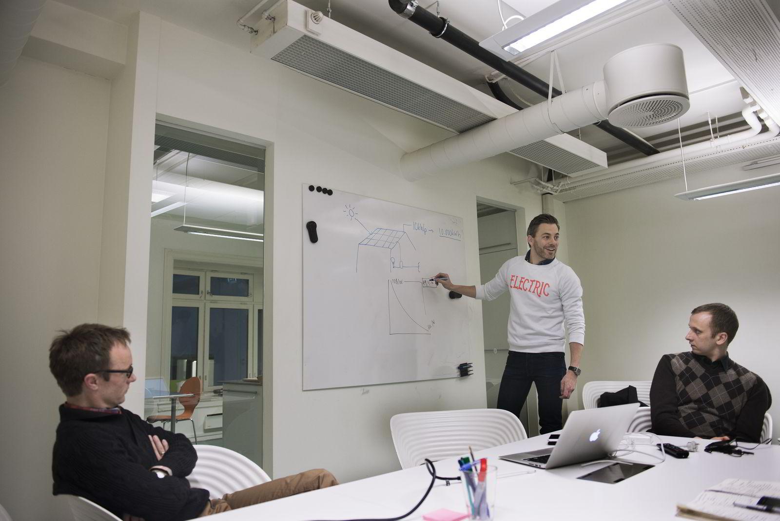 – Overskuddstrømmen går inn i strømnettet igjen, og vil i prinsippet forbrukes av naboen, forklarer Andreas Bentzen (til venstre). Med Andreas Thorsheim og Simen F. Jørgensen.