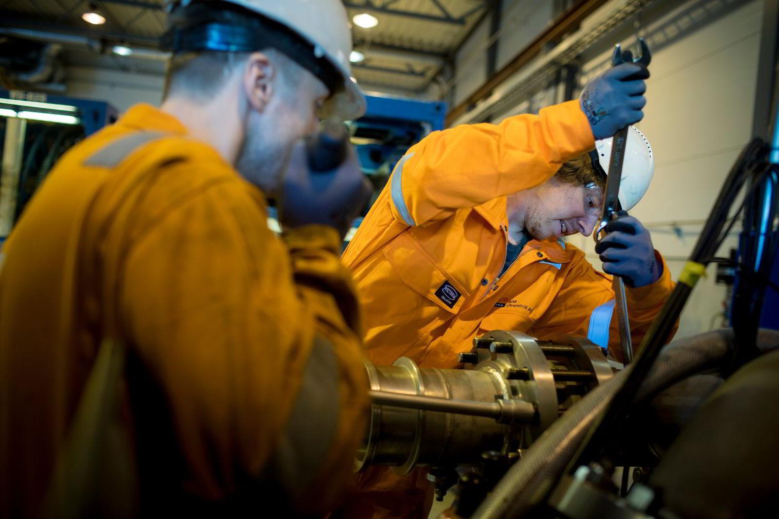 Endre Stamnes (til venstre) og Runar Lohne driver vedlikehold på pumpen som pumper boreslammet opp til overflaten.