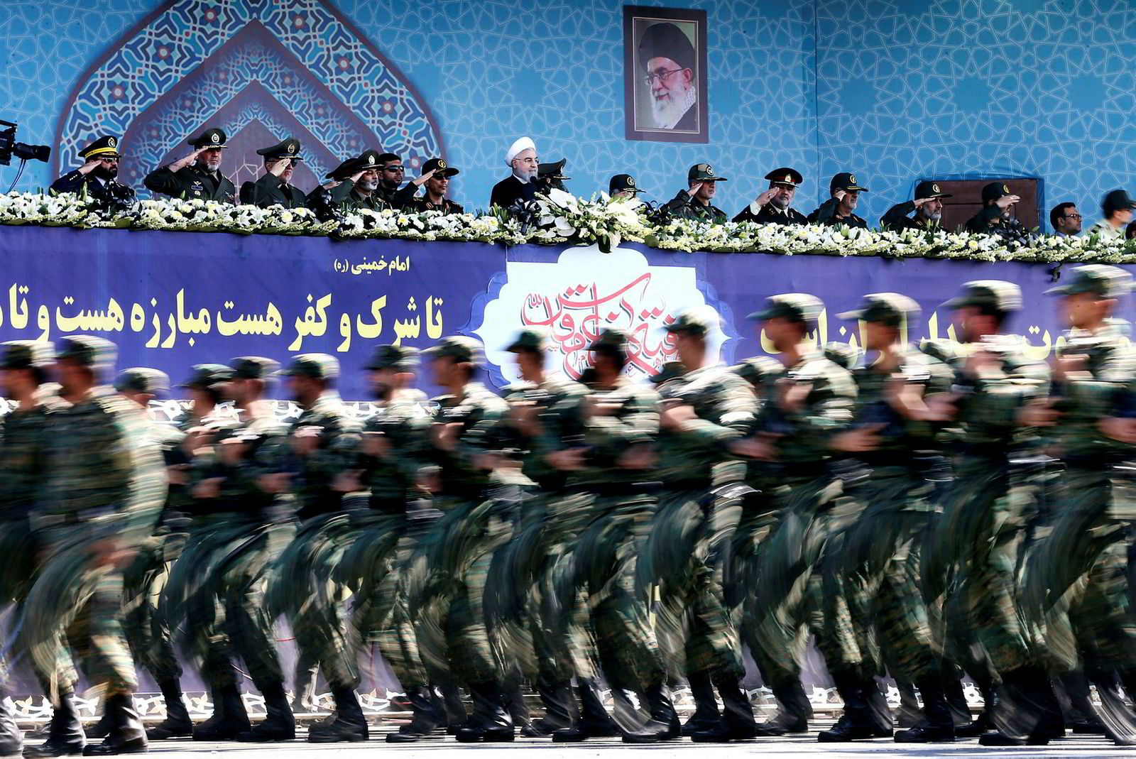Irans president Hassan Rouhani, i midten bak, advarer sin kollega i Washington mot å trekke landet ut av atomavtalen. Her med Revolusjonsgarden i forgrunnen, under markeringen av 37-årsdagen for Iraks invasjon av Irak.