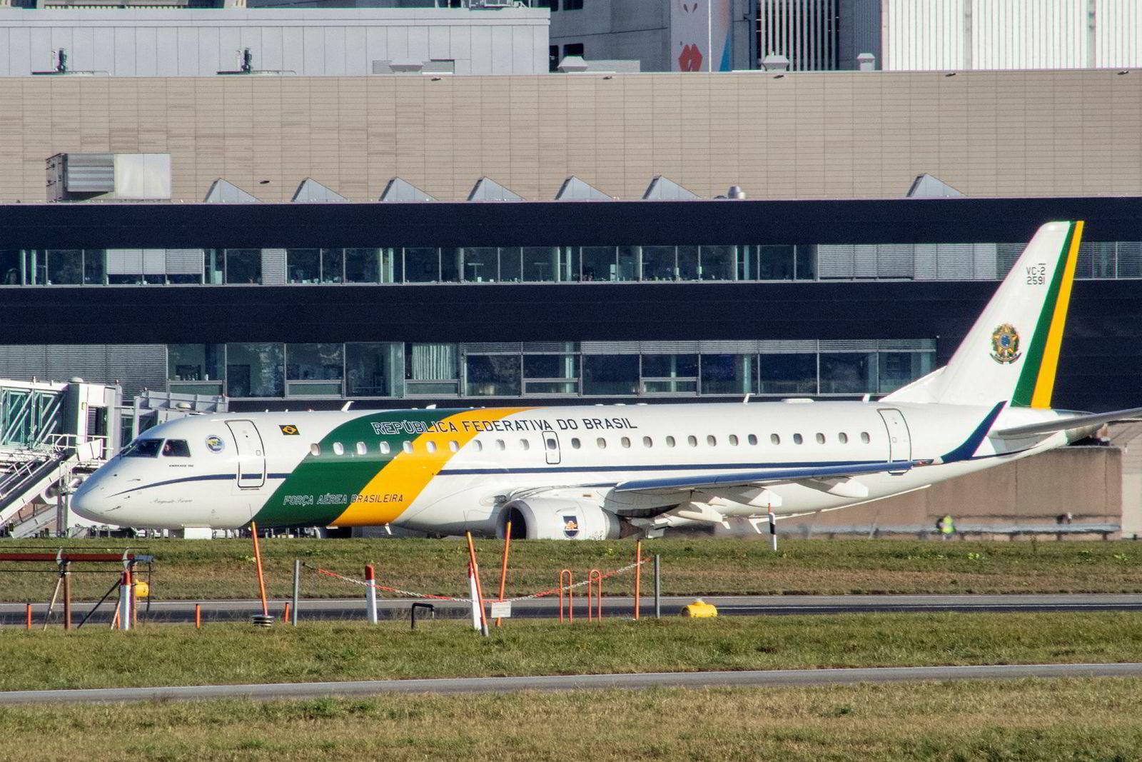 Brasils nye president Joao Balsenaro ankom Sveits i sin nye langtrekkende og hjemmeproduserte Embraer jet.
